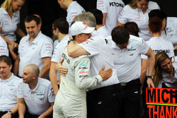 Michael Schumacher, Mercedes AMG F1 and Ross Brawn, Mercedes AMG F1 Team Principal at a farewell to F1 team photograph