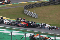 Sebastian Vettel, Red Bull Racing sobrevive a un accidente con el Williams de Bruno Senna y Sergio Pérez Sauber en la salida de la carrera
