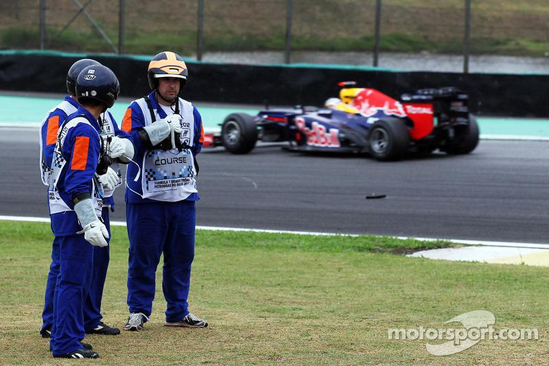 Sebastian Vettel, Red Bull Racing passeert marshals