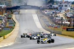 Start: Nigel Mansell, Williams FW10 voor Nelson Piquet, Brabham BT54 en Marc Surer, Brabham BT54