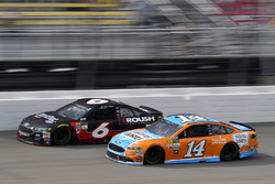 Clint Bowyer, Stewart-Haas Racing Ford, Ricky Stenhouse Jr., Roush Fenway Racing Ford