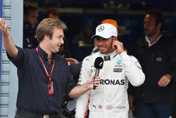 Le poleman Lewis Hamilton, Mercedes AMG F1 avec Davide Valsecchi, Sky Italia dans le parc fermé
