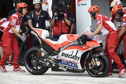La llanta ponchada de Michele Pirro, Ducati Team
