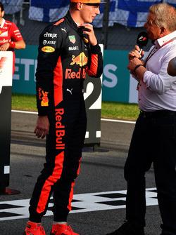Гонщик Red Bull Racing Макс Ферстаппен и ведущий Sky Sport Джонни Херберт