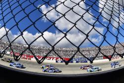 Martin Truex Jr., Furniture Row Racing Toyota y Kyle Larson, Chip Ganassi Racing Chevrolet