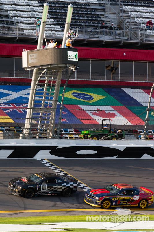 #01 CKS Autosport Camaro GS.R: Lawson Aschenbach, Eric Curran e #9 Stevenson Motorsports Camaro GS.R: Matt Bell, John Edwards recebem a bandeirada
