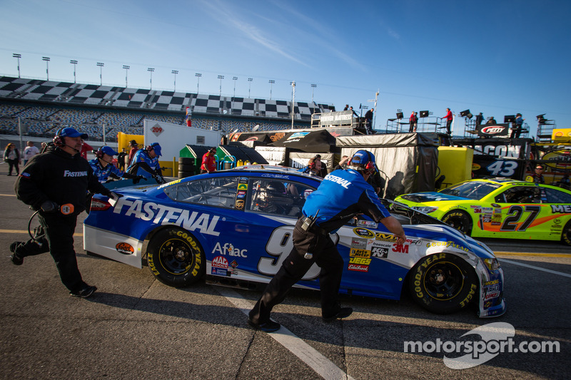 Carl Edwards, Roush Fenway Racing Ford back in de pits na de crash