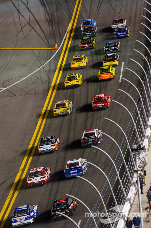 Largada:Kasey Kahne, Hendrick Motorsports Chevrolet e Greg Biffle, Roush Fenway Racing Ford lidera o pelotão