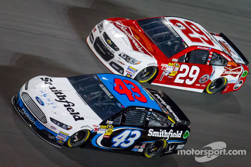 Aric Almirola, Richard Petty Motorsports Ford en Kevin Harvick, Richard Childress Racing Chevrolet