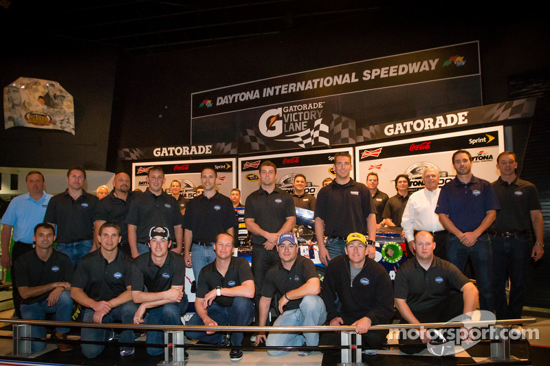 2013 Daytona 500 winnend team poseert: Jimmie Johnson, Rick Hendrick, Chad Knaus en het team
