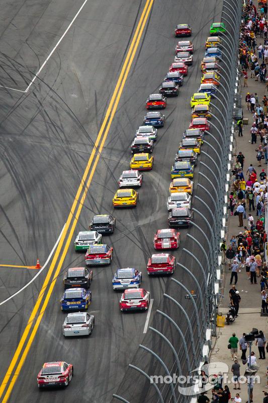 Largada: Danica Patrick, Stewart-Haas Racing Chevrolet e Jeff Gordon, Hendrick Motorsports Chevrolet lidera o pelotão