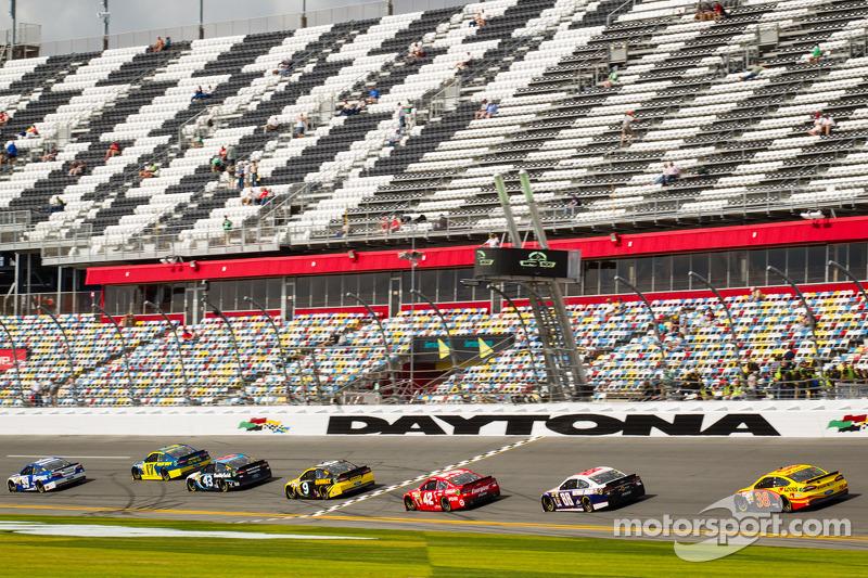 Carl Edwards, Roush Fenway Racing Ford voert een groepje auto's aan