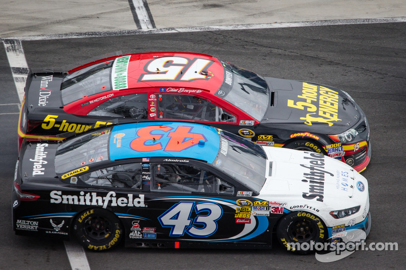 Clint Bowyer, Michael Waltrip Racing Toyota en Aric Almirola, Richard Petty Motorsports Ford strijden in de pits