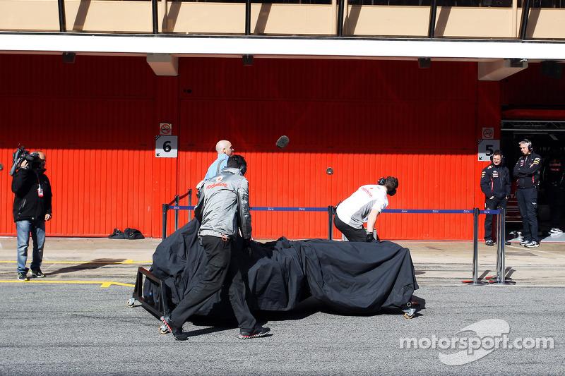 McLaren wheel something through the pits