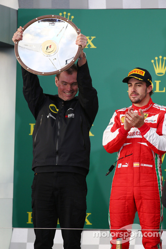 Alan Permane, Diretor de Operações da Lotus, comemora na pódio com Fernando Alonso, Ferrari