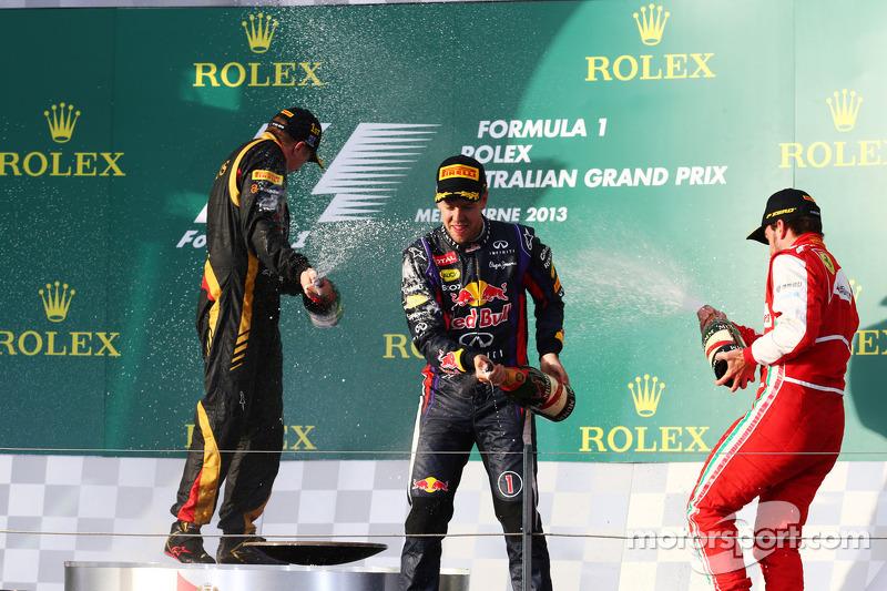 (L naar R): Racewinnaar Kimi Raikkonen, Lotus F1 Team viert feest met met Sebastian Vettel, Red Bull Racing en Fernando Alonso, Ferrari op het podium