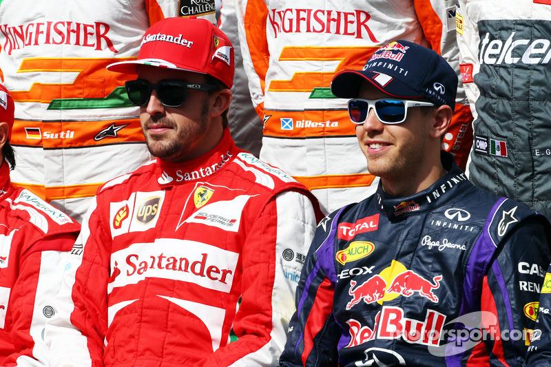 (L naar R): Fernando Alonso, Ferrari en Sebastian Vettel, Red Bull Racing komen samen voor de jaarfoto