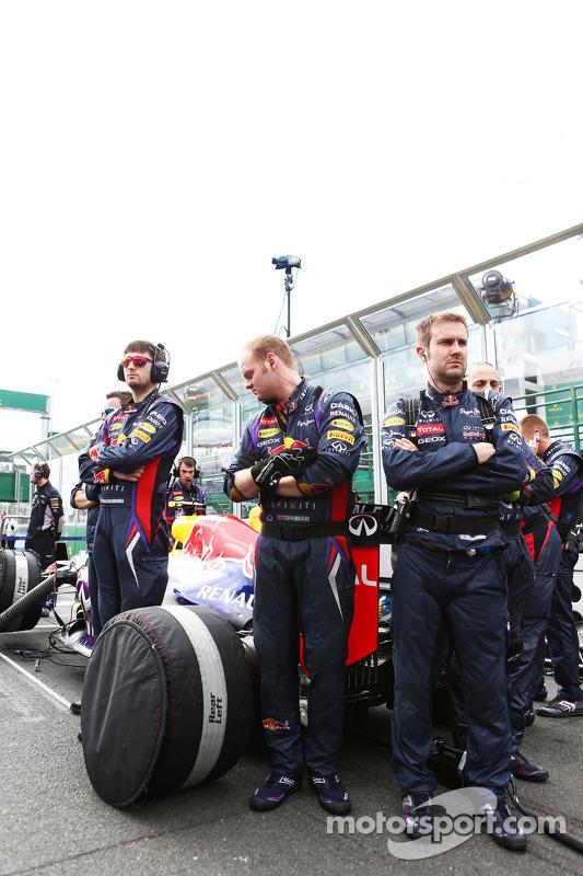 Red Bull Racing RB9 protegido da visão pelos mecânicos no grid