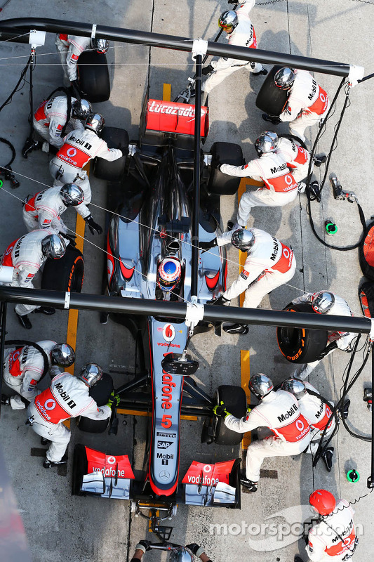 Jenson Button, McLaren MP4-28 faz o pit stop