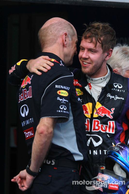 O vencedor Sebastian Vettel, Red Bull Racing RB9 comemora no parque fechado com Adrian Newey