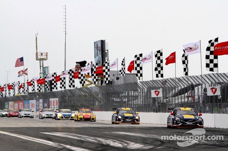 Alex Figge, K-Pax Racing/Volvo S60 leads lap 1