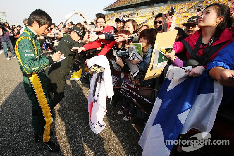 Ma Qing Hua, Caterham F1 piloto reserva assina autógrafo para os fãs
