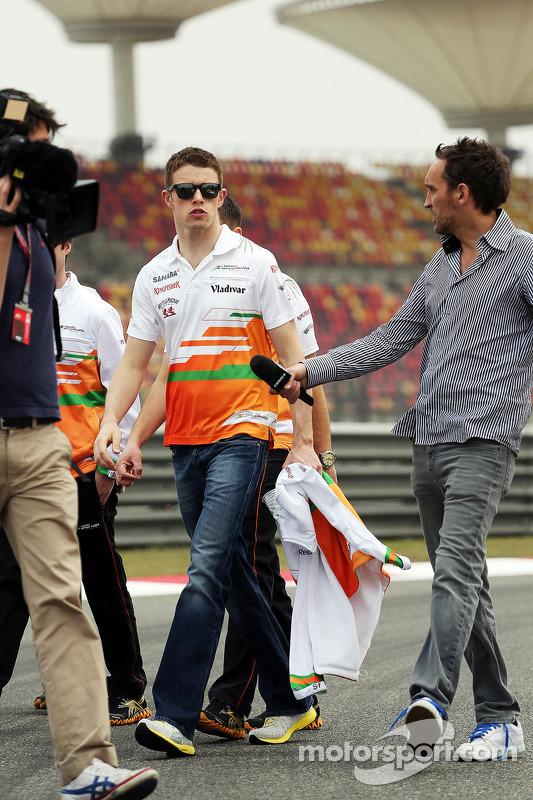 Paul di Resta, Sahara Force India F1 caminha no circuito e é entrevistado by Frank Montangy, Canal+ TV repórter