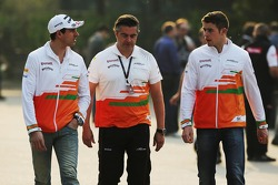 Adrian Sutil, Sahara Force India F1, com Andy Stevenson e Paul di Resta