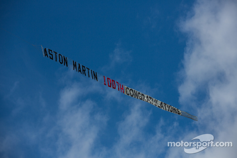 Banner ter ere van Aston Martin's 100e