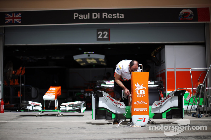 Sahara Force India F1 Team mechanic works on the Sahara Force India F1 VJM06 nosecone