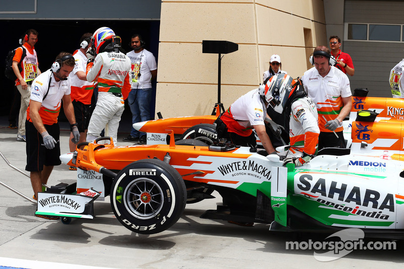 Adrian Sutil, Sahara Force India VJM06 en Paul di Resta, Sahara Force India VJM06 in de pits aan het einde van de derde training
