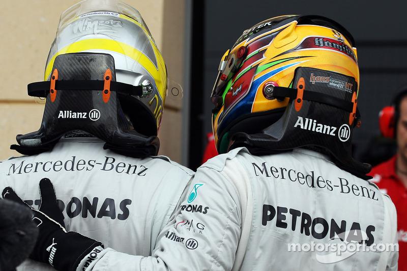 (L naar R): Nico Rosberg, Mercedes AMG F1 viert zijn pole position in parc ferme met teamgenoot Lewis Hamilton, Mercedes AMG F1