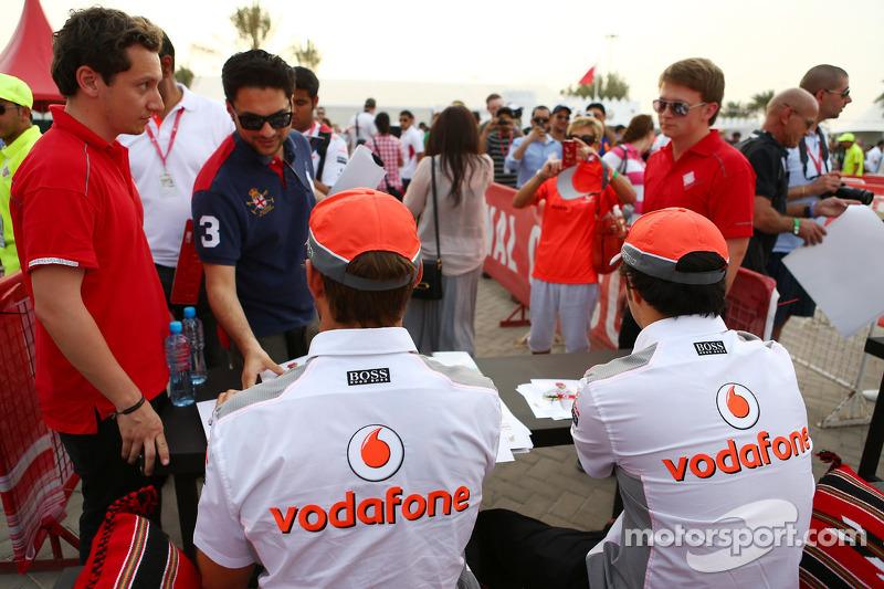 (L naar R): Jenson Button, McLaren en Sergio Perez, McLaren signeren voor de fans