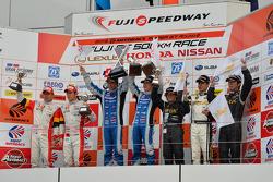 GT300 pódio: vencedores da corridas Morio Nitta, Koki Saga, segunda posição Hideki Mutoh, Yuhki Nakayama, terceira posição Kouji Yamanishi, Shinya Hosokawa