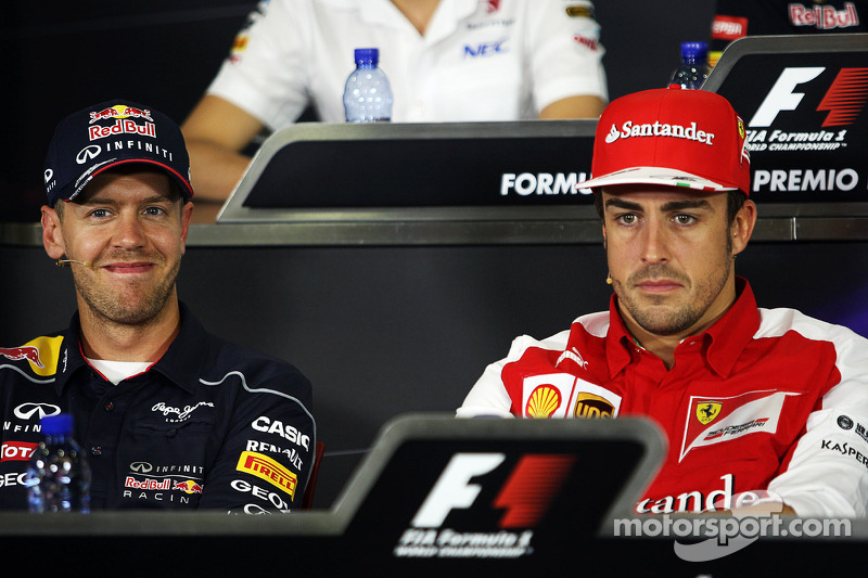 (L naar R): Sebastian Vettel, Red Bull Racing met Fernando Alonso, Ferrari bij de FIA-persconferentie