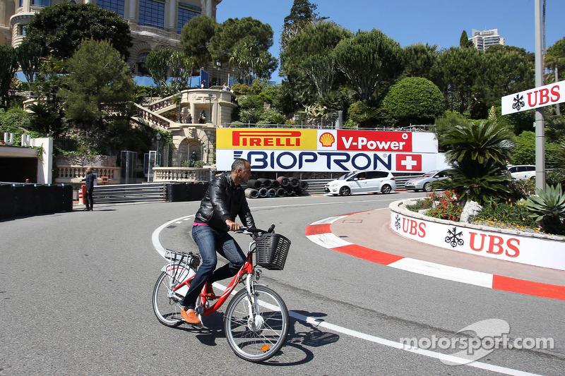 Een man fiets over het circuit