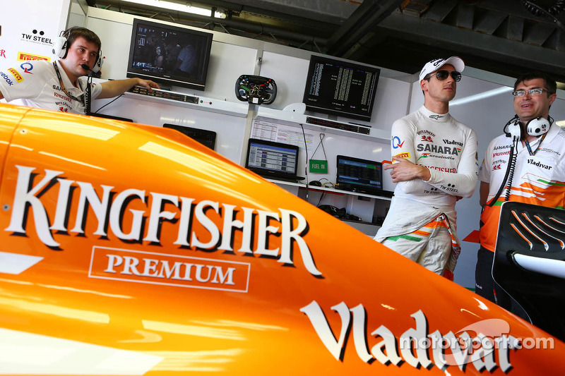 (L naar R): Adrian Sutil, Sahara Force India F1 met Bradley Joyce, Sahara Force India F1 Race Engineer