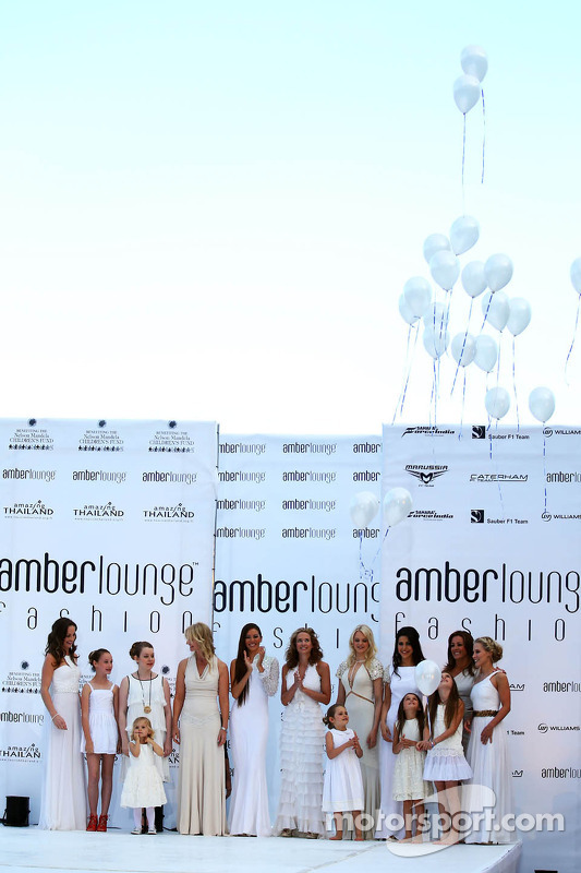 Esposas e namoradas no Amber Lounge Fashion Show