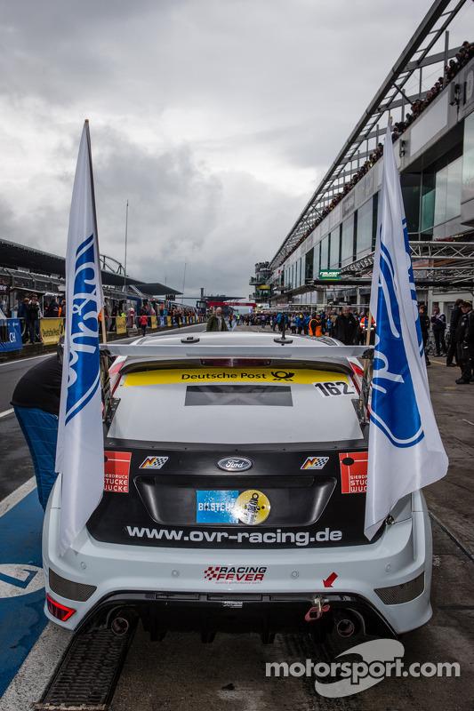 Bandeiras são colocadas para #162 OVR Racing Ford Focus RS (AT): Ralph Caba, Volker Lange, Oliver Sprungmann, Ernst Sinowzik