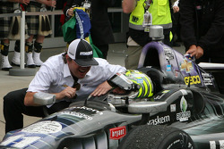 Jimmy Vasser congratulats race winner Tony Kanaan