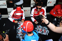 (L naar R): Felipe Massa, Ferrari en Fernando Alonso, Ferrari signeren voor de fans