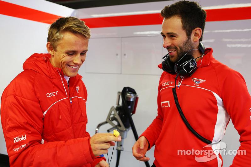 (L naar R): Max Chilton, Marussia F1 Team met Sam Village, Marussia F1 Team