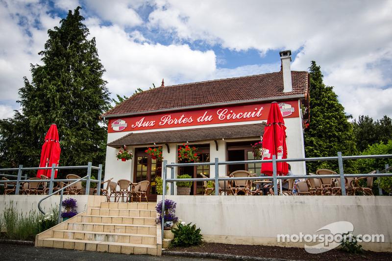 Een beroemd restaurant naast de ingang van het circuit van Le Mans
