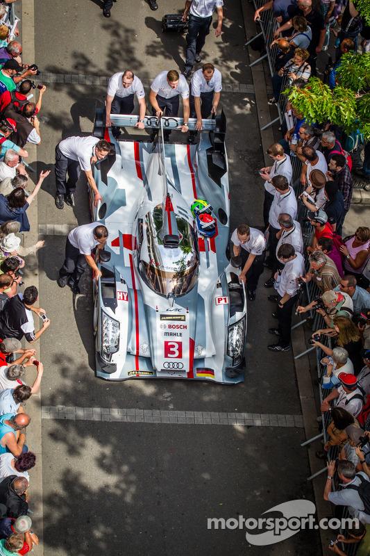 #3 Audi Sport Team Joest Audi R18 e-tron quattro chegando para a averiguação