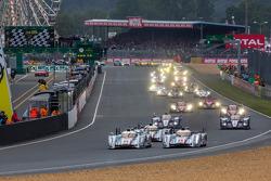 Start: #2 Audi Sport Team Joest Audi R18 e-tron quattro: Tom Kristensen, Allan McNish, Loic Duval leads