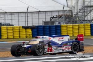 Trouble for the #7 Toyota Racing Toyota TS030 Hybrid: Alexander Wurz, Nicolas Lapierre, Kazuki Nakajima