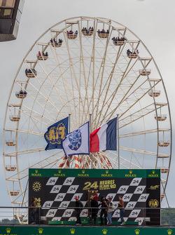 Reuzenrad te zien bij het podium op Le Mans