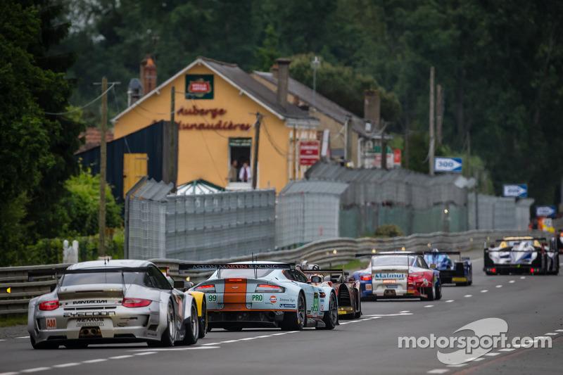 Een groep auto's volgen de Safety Car tijdens de neutralisatie: #88 Proton Competition Porsche 911 GT3-RSR: Christian Ried, Gianluca Roda, Paolo Ruberti