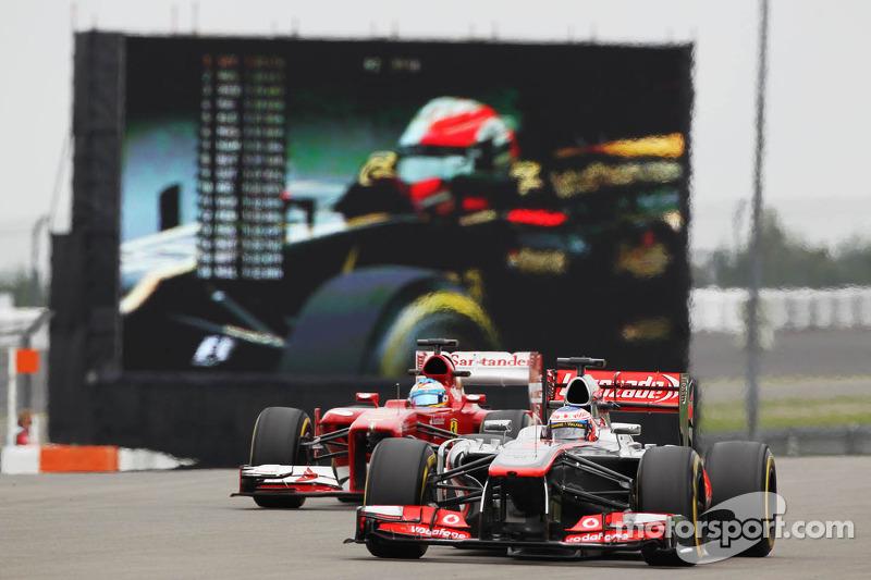 Jenson Button, McLaren MP4-28 leads Fernando Alonso, Ferrari F138