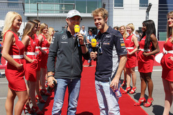(L naar R): Nico Rosberg, Mercedes AMG F1 en Sebastian Vettel, Red Bull Racing bij de rijdersparade